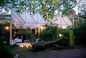 Una estructura en madera, cubierta con paneles textiles a 45 grados, suavizan la luz del interior
